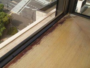 (窓際の木材にカビが発生している様子)